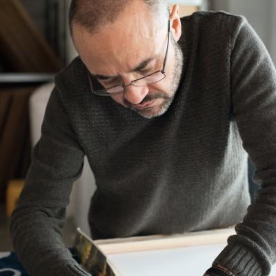 Fase di montaggio delle tele stampate su telaio in legno